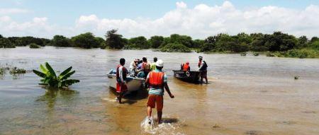 Bomberos de Chone rescatan de inundación a una familia de Rocafuerte. Manabí, Ecuador.