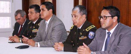 Los altos mandos policiales en Manabí, el gobernador de la provincia y otros dos funcionarios públicos, en la mesa cabezal de la rendición de cuentas sobre seguridad.