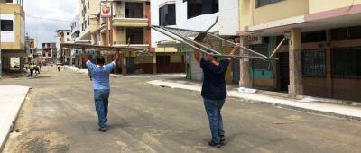 Moradores de Tarqui retiran las vallas que impedían el tránsito en las calles de esta parroquia de Manta. Manabí, Ecuador.