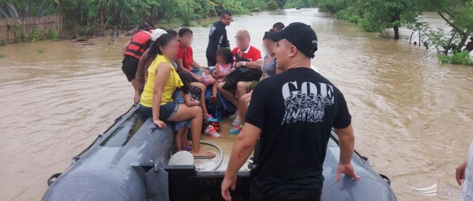 La Policía Nacional rescata de una inundación fluvial a una familia. Manabí, Ecuador.