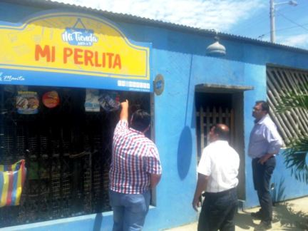 """El consultor de la FAO también visitó esta tienda barrial de la red """"Mi Tienda Junto a Ti""""."""