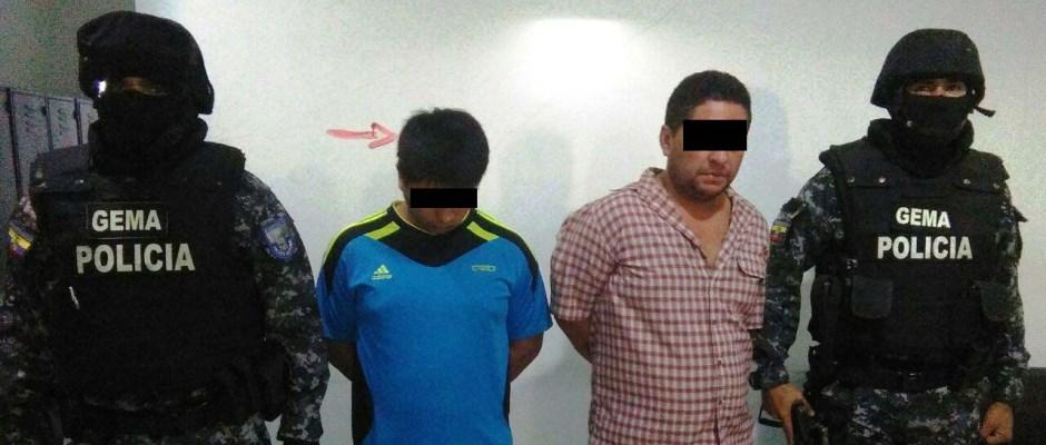 Dos detenidos por robo en Manta, custodiados por policías. Manabí, Ecuador.