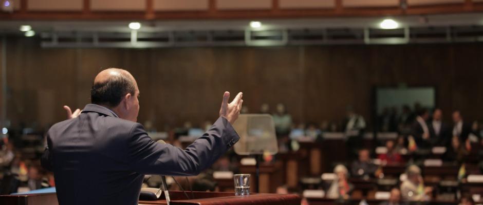 Carlos Bergmann Reyna habla ante la Asamblea Nacional del Ecuador, en Quito.