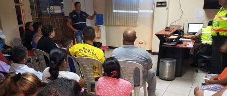Un servidor policial ofrece una charla contra la violencia intrafamiliar, en el Barrio Rancho Ronald de El Carmen. Manabí, Ecuador.