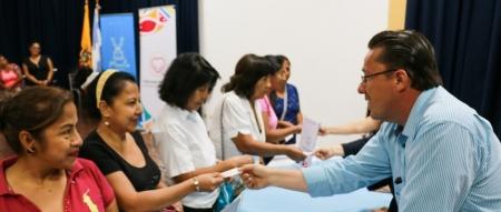 El doctor Jimmy Asanza, director del Área Médica del Patronato municipal de Manta, entrega tickets a mujeres cuyas serán examinadas en la Clínica Centeno. Manabí, Ecuador.