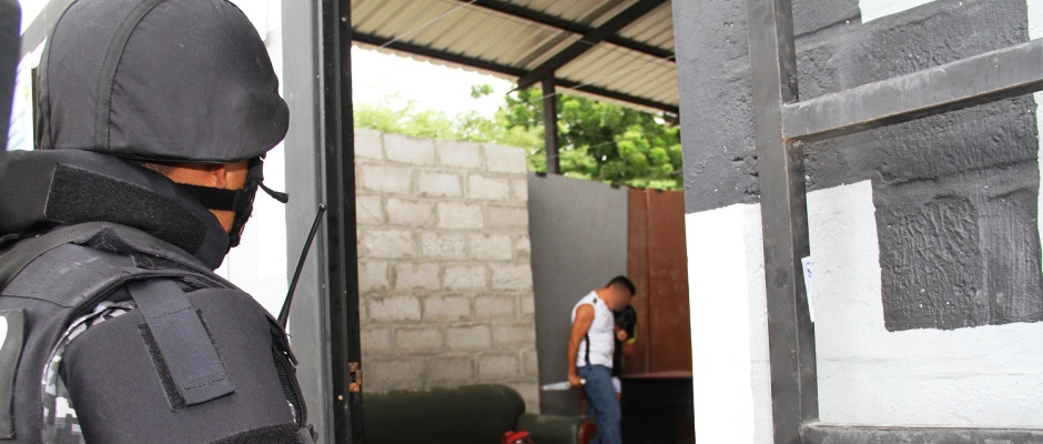 Dramatización del momento en que un hombre alucinado trataba de matar a su mujer en Montecristi. Manabí, Ecuador.