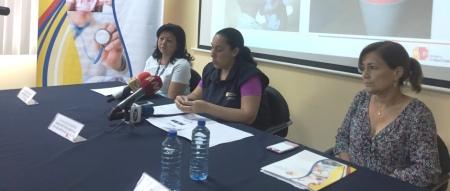 Funcionarias de Vigilancia de Salud, en una rueda de prensa celebrada en Manta. Manabí, Ecuador.
