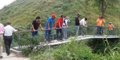 Técnicos ambientales de Manta y Montecristi observan los focos de contaminación del Río Muerto. Manabí, Ecuador.