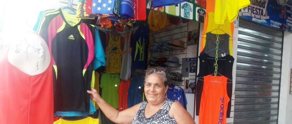 Comerciante del Nuevo Tarqui de Manta muestra parte de su oferta. Manabí, Ecuador.