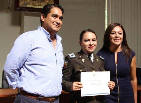 La capitana Andrea Capelo, junto a Ledy Zúñiga, ministra de Justicia y a Xavier Santos, gobernador de Manabí.
