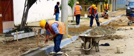 Obreros del Consorcio Tarqui reconstruyen un tramo de acera de una calle de Tarqui, Manta. Manabí, Ecuador.