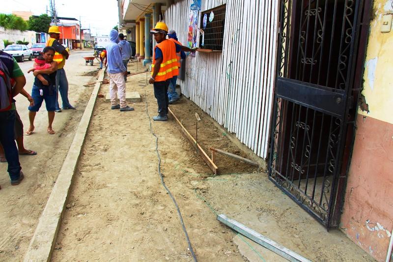 Acera de una calle de Tarqui en reconstrucción, Manta. Manabí, Ecuador.
