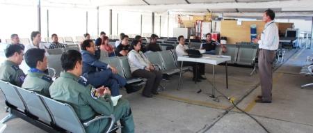 Reunión en el aeropuerto de Manta, sobre los riesgos de la aviación a causa de los rayos láser y los drones. Manabí, Ecuador.