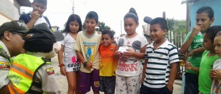 Paquito, el títere de la Policía Nacional, divierte a niños de barrios populares de Portoviejo. Manabí, Ecuador.