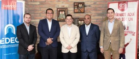 Funcionarios de Unilever Andina y representantes del GAD de Cuenca, en la firma de un convenio de cooperación con el programa laboral Soy Pingüino. Ecuador.