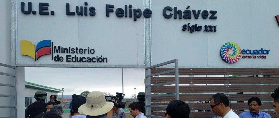 Instante en que el expresidente Rafael Correa Delgado ingresaba a la Unidad Educativa Luis Felipe Chávez, siglo XXI, para inaugurarla en Jaramijó. Manabí, Ecuador.