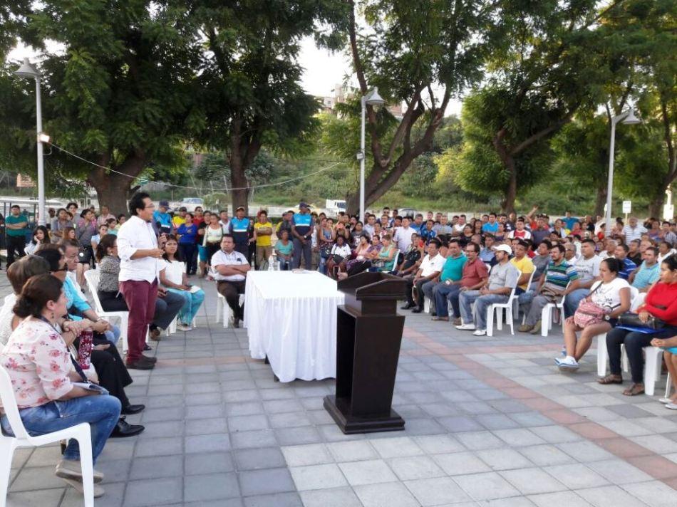 Alcalde y comerciantes de pequeños negocios del Nuevo Tarqui (Manta) discuten la aplicación de una tasa municipal por el juso de espacio público. Manabí, Ecuador.