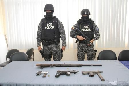 Dos policías del GIR custodian unas armas de fuego decomisadas en Murachi, San Isidro. Manabí, Ecuador.