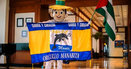 Bandera oficial del Delfín S. C. de Manta, sostenida por un maniquí que representa al ciudadano popular de la provincia de Manabí, cuya bandera también enarbola. Manabí, Ecuador.