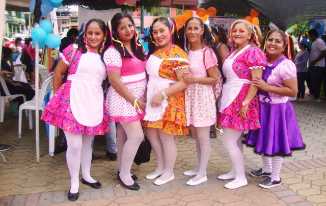 Mujeres de Montecristi, en una representación coreográfica de la vida escolar. Manaabí, Ecuador.