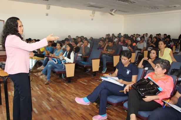 Una expositora municipal habla a estudiantes universitarios, en Manta, sobre el derecho de estos a participar en la gestión pública del país. Manabí, Ecuador.