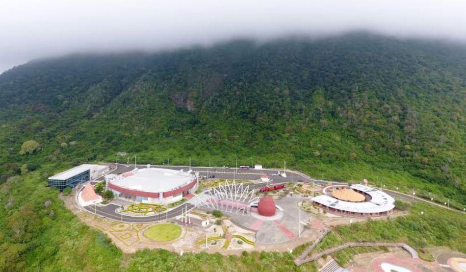 Vista panorámica del Centro Cívico Ciudad Alfaro, enclavado en la falda del Cerro Montecristi. Manabí, Ecuador.