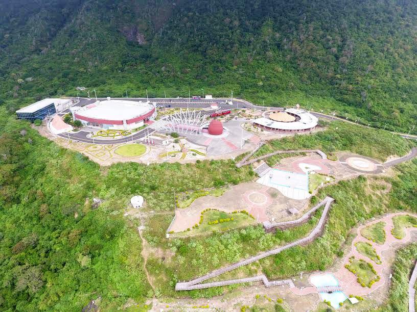 Toma aérea del Centro Cívico Ciudad Alfaro de Montecristi, con parte del Paseo Lúdico que lo comunica con el centro de la ciudad. Manabí, Ecuador.