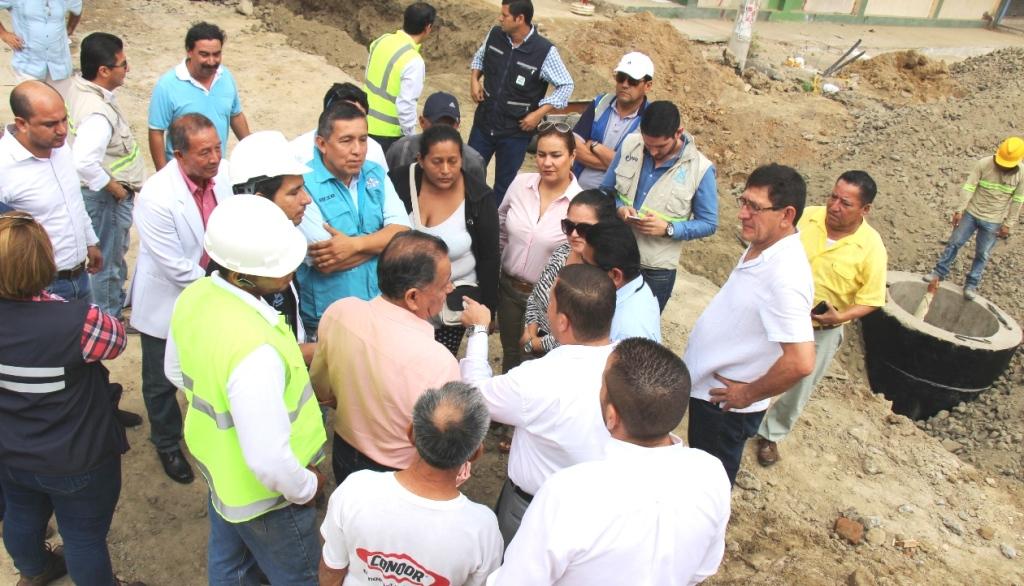 Concejales de Manta cuestionan in situ la reconstrucción que se hace en Los Esteros y Tarqui. Manabí, Ecuador.