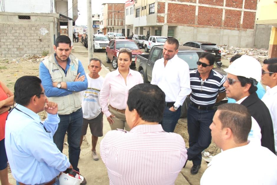 Responsables de la reconstrucción en Tarqui y Los Esteros responden inquietudes de concejales de Manta. Manabí, Ecuador.