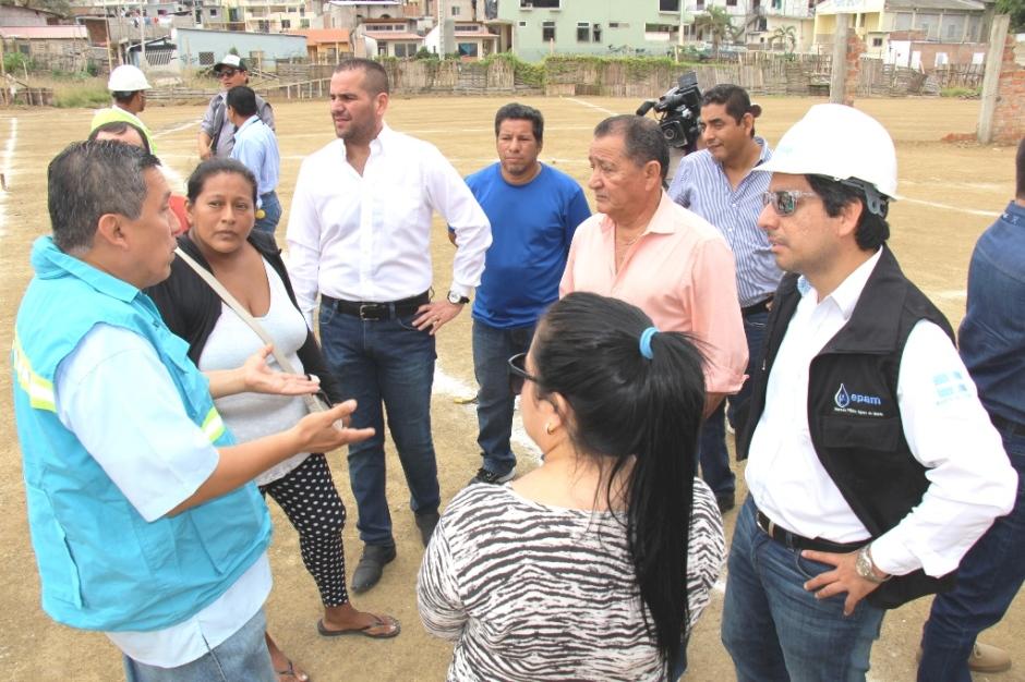 El vicealcalde de Manta escucha las explicaciones de quienes están al frente de la reconstrucción de Tarqui y Los Esteros. Manabí, Ecuador.