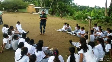 Agente de la DINAPEN instruye a estudiantes de El Carmen, advirtiéndoles los peligros que encierran las redes sociales de Internet. Manabí, Ecuador.