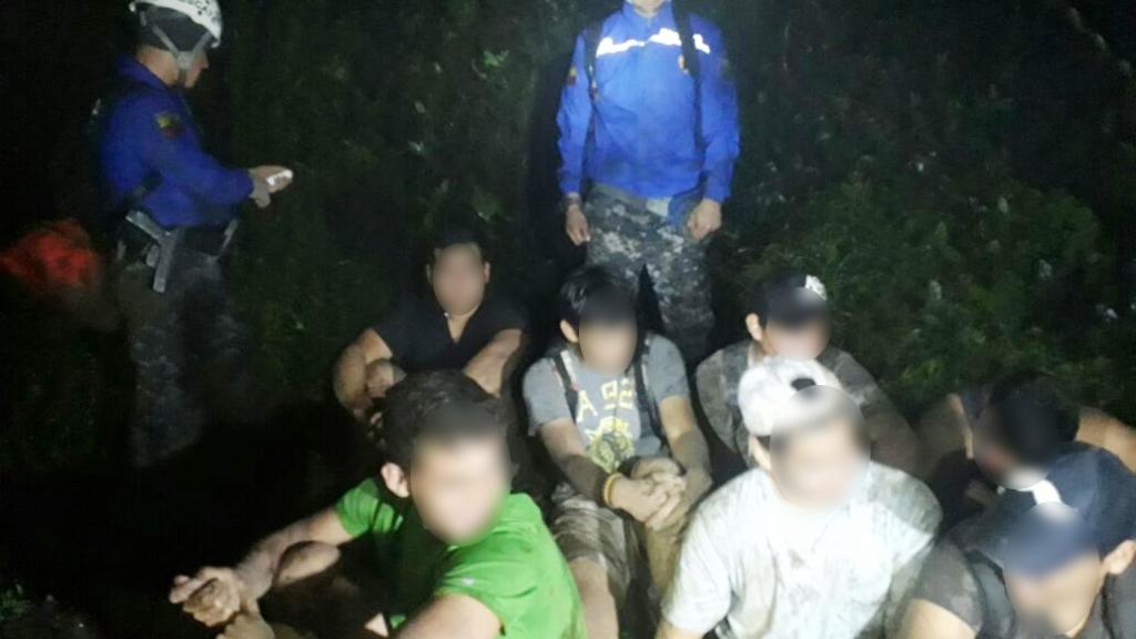 Excursionistas perdidos en el Cerro Montecristi, en el momento cuando fueron hallados por policías y bomberos. Manabí, Ecuador.