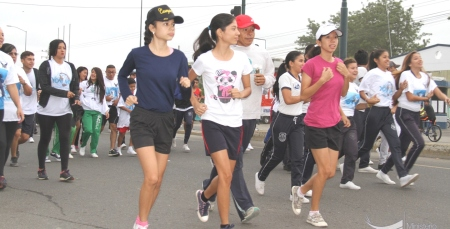 Mujeres atletas corren en festival policial anti drogas en Portoviejo. Manabí, Ecuador.