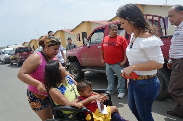 Ministra de la Vivienda, María Alejandra Vicuña, durante su visita al conjunto habitacional Sí Mi Casa de Manta. Manabí, Ecuador.