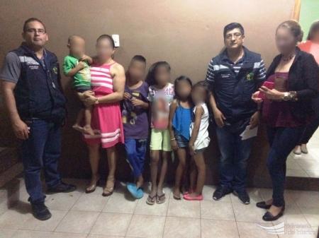 Niños rescatados del abandono y la inmundicia son protegidos por policías de la DINAPEN y funcionarias de la Fundación Sehkinah de Manta. Manabí, Ecuador.