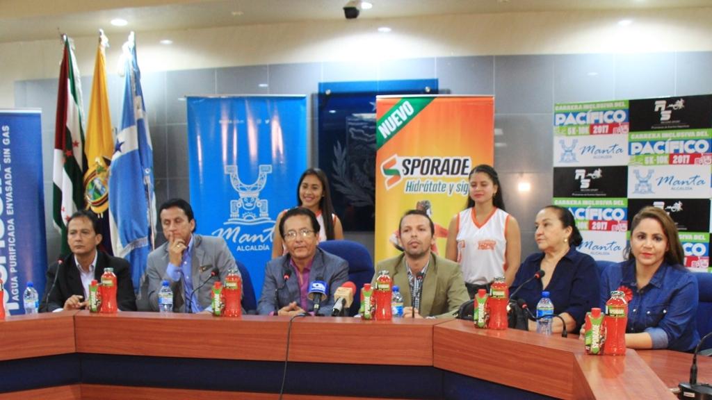Los organizadores y auspiciantes de la carrera atlética Ruta del Pacífico 2017, en Manta, informan a los periodistas. Manabí, Ecuador.
