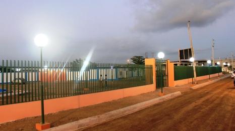 La valla que encierra al nuevo espacio de recreación pública en el Barrio Villamarina de Manta.