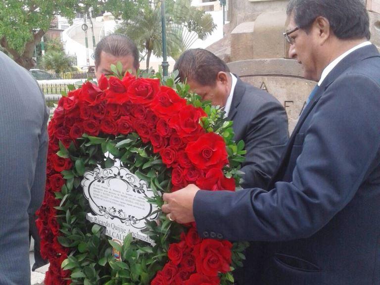 Autoridades cantonales de Montecristi depositan ofrenda floral en memoria de Eloy Alfaro Delgado.