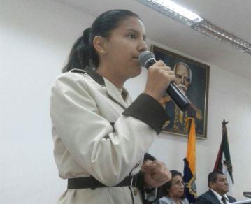 La estudiante Michelle Elizalde Párraga, durante su discurso alusivo a la conmemoración.