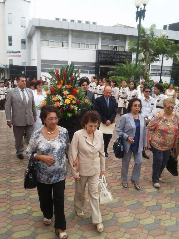 Directivos del plantel educativo y autoridades cantonales de Montecristi, en romería hacia el monumento del general Eloy Alfaro Delgado.