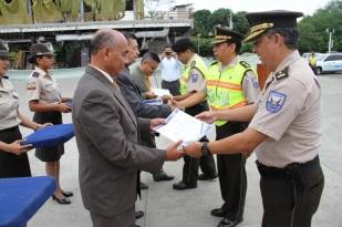 Los jefes policiales entregan las preseas a los homenajeados.