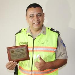 Mostrando la presea que le otorgó la comunidad de Colinas de los Ceibos, en Portoviejo.