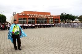 Con estudiantes, durante una ceremonia frente a la sede del GIR en Manabí.