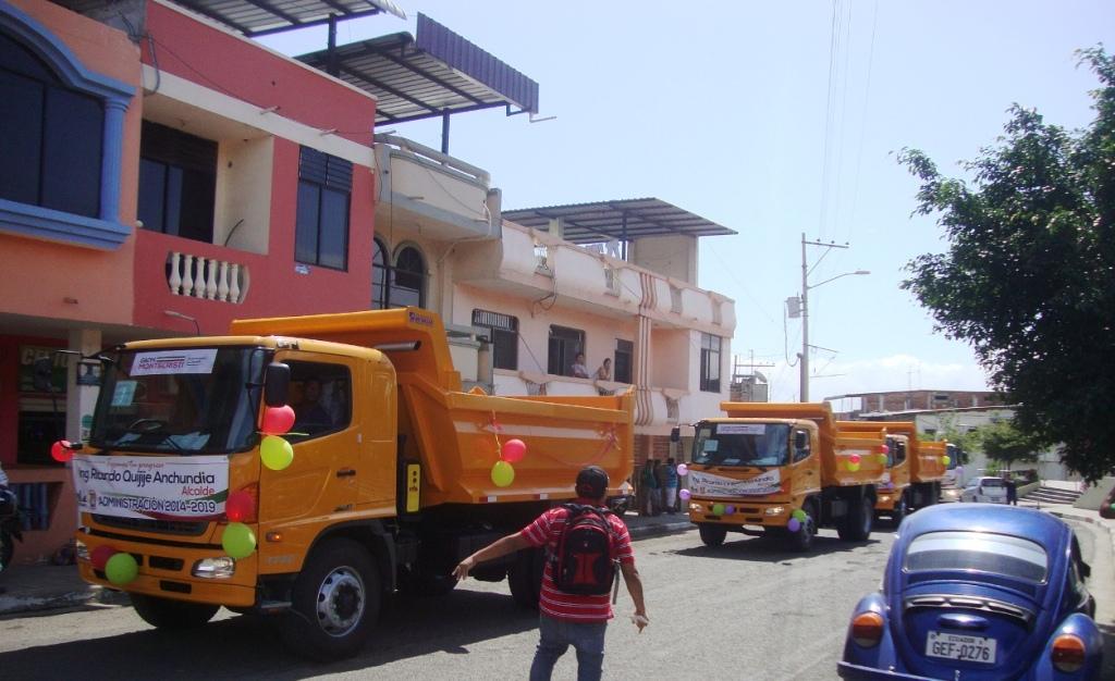 Numerosos ciudadanos del Cantón Montecristi respondieron a la convocatoria  municipal y se acercaron a presenciar el arribo de los 12 nuevos  automotores ... d05af546052