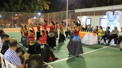 Un momento de la inauguración del parque en el Barrio Las Acacias de Manta. Al fondo, hacia la derecha, la mesa de autoridades.