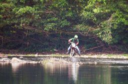 La prueba: cruzar el río sin que la moto se apague.
