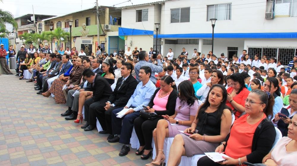 Público Hora Cívica Parroquia E. Alfaro, Manta