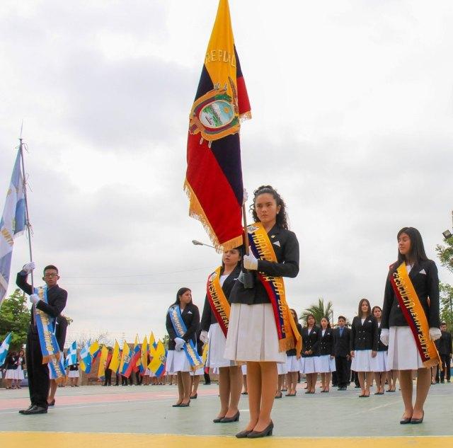 Ceremonia de juramento a la bandera en el patio de la UE María Auxiliadora de Manta.