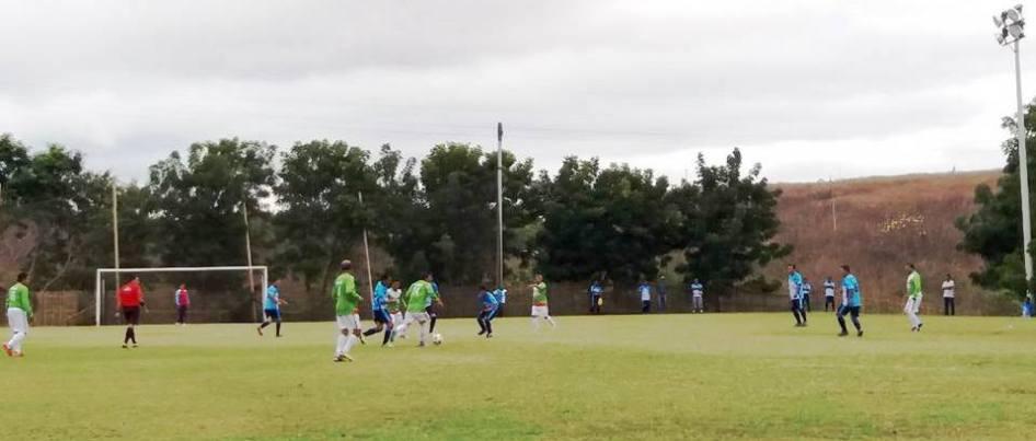 Los adultos jugando su Máster 50 en El Arroyo.