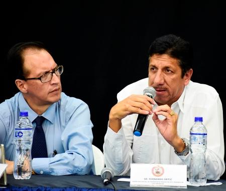 Fernando Ortiz, representante de la Unión Provincial de Transporte Pesado de Sto. Domingo de Los Tsáchilas, expone las inquietudes del gremio durante rueda de prensa en Guayaquil.